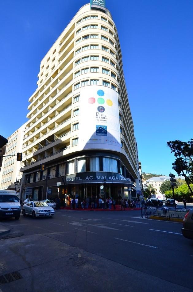 Entrada del Málaga Palacio esperando a Hugo Silva
