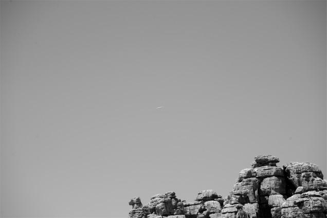 Un avión vuela por encima del Torcal de Antequera. Nikon D610, ISO400, f/10, 1/800s.